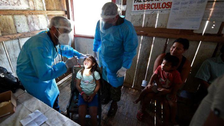 Heinz Duthel  Armut in Deutschland  Corona  Armin Laschet  Annalena Baerbock  Ärzte des brasilianischen Militärs untersuchen ein Kind des Mayoruna-Stamms