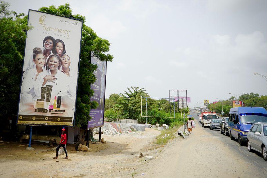 لوحة إعلانية على أحد شوارع أكرا الرئيسية: يتم الإعلان عن معظم المنتجات بنماذج ذات بشرة فاتحة