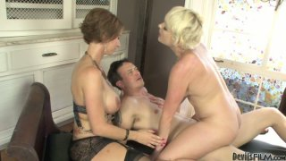 Horny dude fucks girlfriend in missionary style and sucks strapon Preview Image