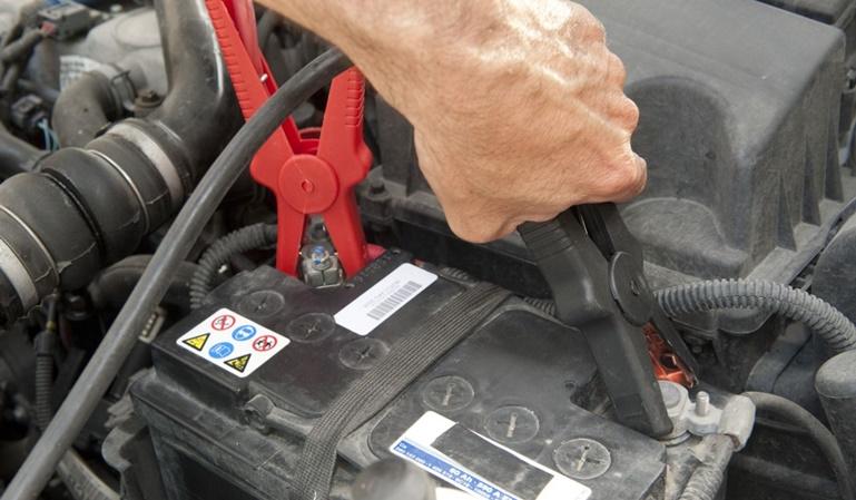 Cómo utilizar las pinzas de la batería del coche