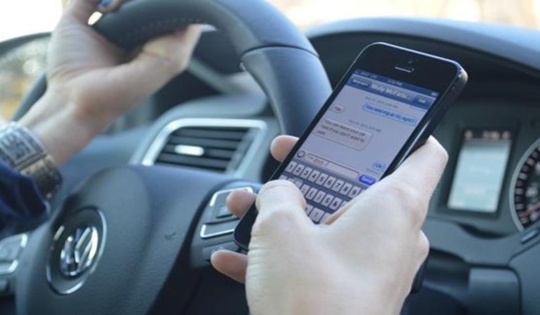 Los peligros de utilizar el móvil conduciendo
