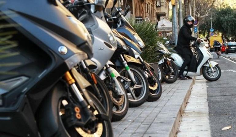 ¿Cómo aparcar la moto en la acera?
