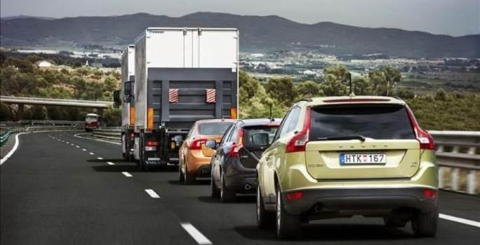 Fomento fuerza a los camiones a utilizar autopistas de peajes