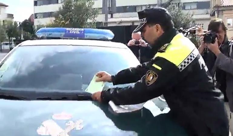 Policía multa a la Guardia Civil por mal aparcamiento