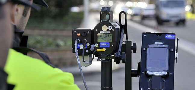 Los radares móviles frenan la velocidad de los coches a base de multas de tráfico