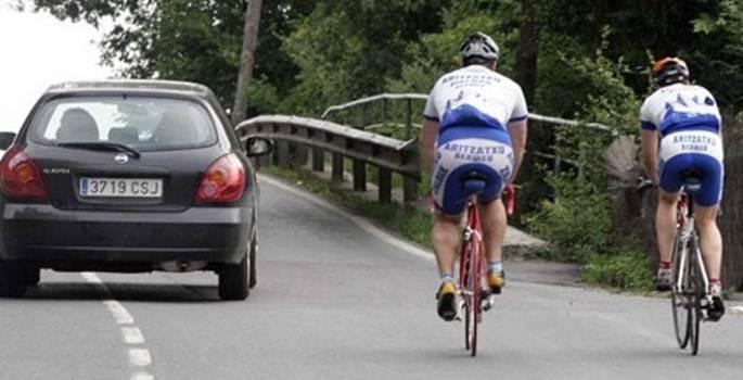 Agentes camuflados de ciclistas para multar los adelantamientos indebidos