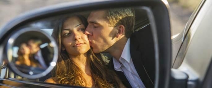Los agentes defienden las multas de tráfico por besarse al volante