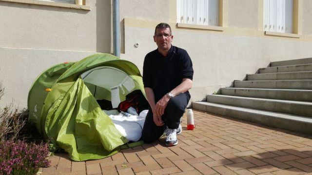 Francis Siedlewski a entamé une grève de la faim depuis samedi 7 avril. Il a également décidé de dormir sur le parvis de la mairie de Jarny. - Radio France
