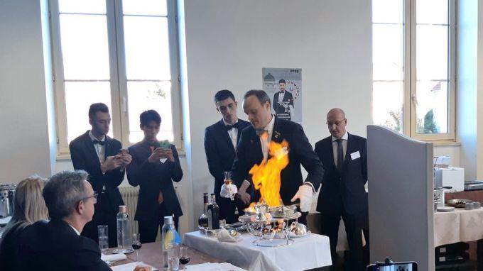 Le nouveau champion du monde des maîtres d'hôtel, le Belge, Ief vanhonnacker pendant l'épreuve de flambage.