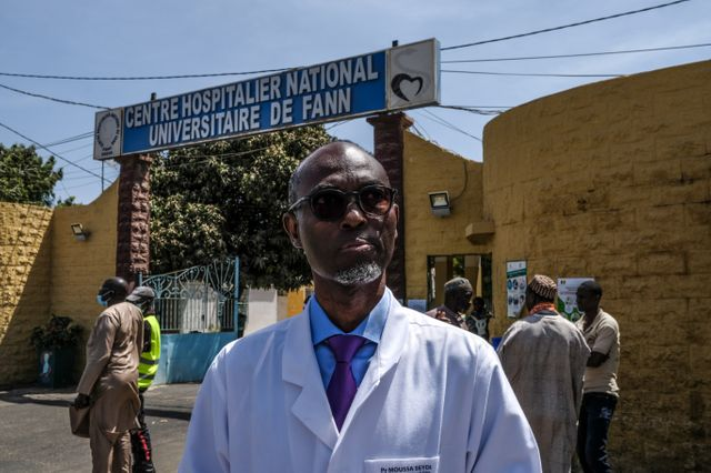 """Pour le professeur Moussa Seydi, infectiologue à l'hôpital de Fann, à Dakar, """"il faut tout faire pour que la lutte contre l'épidémie réussisse""""."""