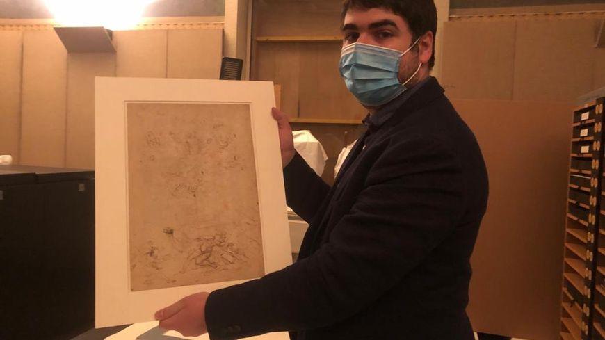 Benjamin Couilleaux, le directeur du musée Bonnat-Helleu à Bayonne tient le dessin de La Résurrection de Raphaël, l'un des six lauréats du challenge Artmyn-ESI-Clic.