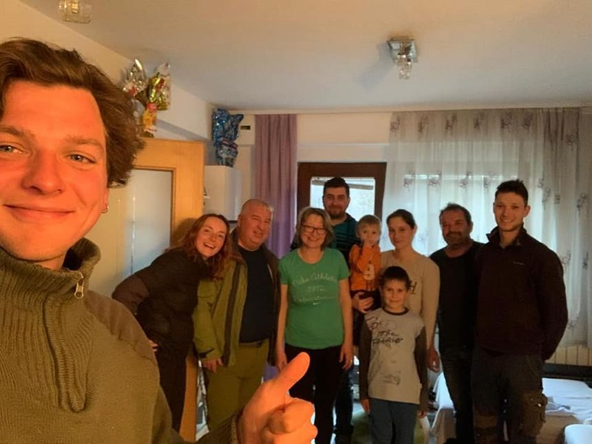 Grégoire et Kathleen et l'une des familles qui les accueille en Slovénie