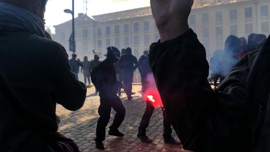 Des heurts ont éclaté à Nantes, en marge de la manifestation du 1er mai, entre manifestants et policiers, ce samedi.