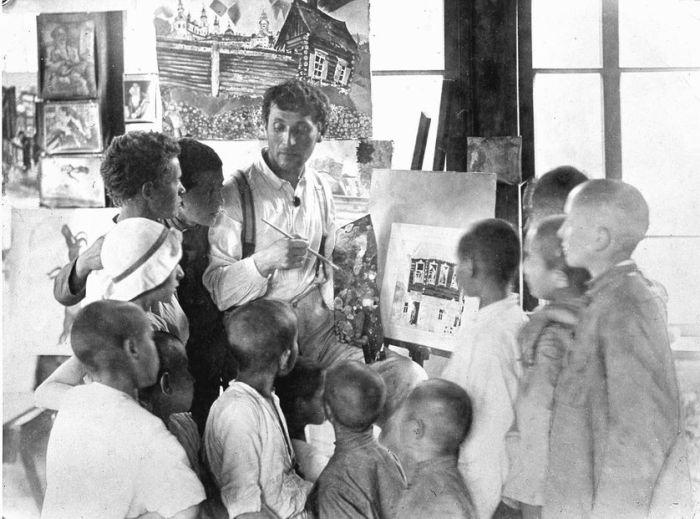 En 1921, Marc Chagall enseignait les arts plastiques à des enfants orphelins réfugiés dans la colonie Malakhova après avoir fui les persécutions en Ukraine.