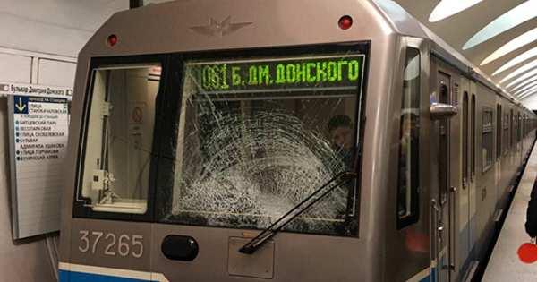 Фото: неизвестные разбили стекло кабины поезда на серой ...