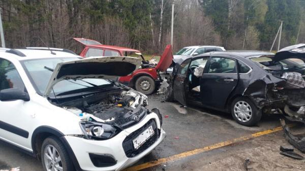 Семь человек пострадали в массовом ДТП на въезде в ...