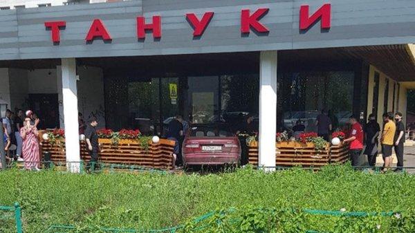 """Фото: автомобиль влетел в летнюю веранду кафе """"Тануки"""" в ..."""