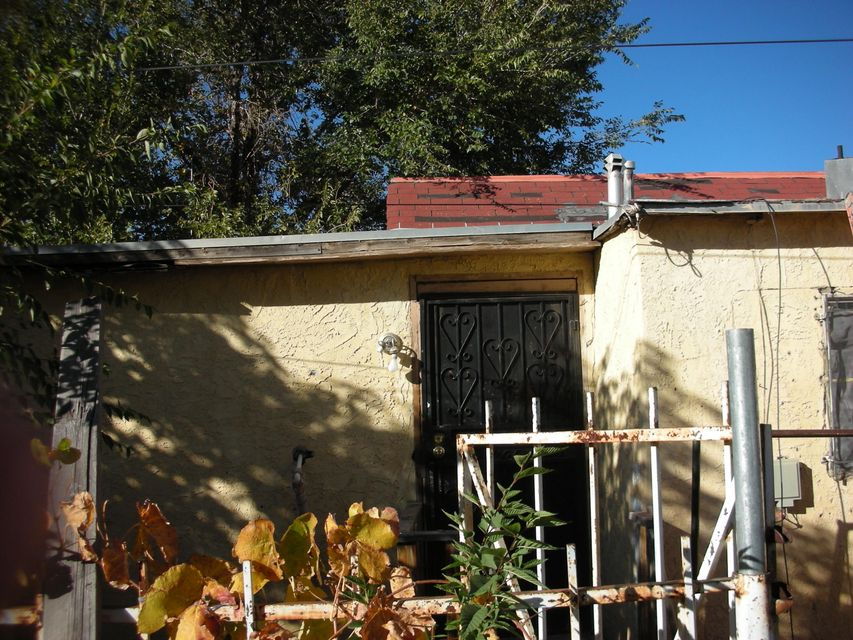 This is an older home with an additional appartment located at the rear of the home that has 2 Bedrooms, Kitchen and a bath.  The home needs repair to the roof but is livable.  The home is located near all ammenites and access to the freeway is withim minutes.  The home has a large yard with acess from the front and an access point at the rear.  Owner Financing is available with a substantial down payment.