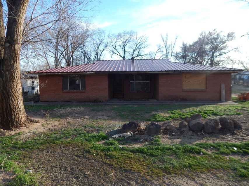 THIS IS A GREAT INVESTMENT PROPERTY.Perfect location, close to HWY 25, schools & Shopping. Walking distant to Road Runner station.Property is 2 lots next to each other & it might be possible to built another house next to the existing house.