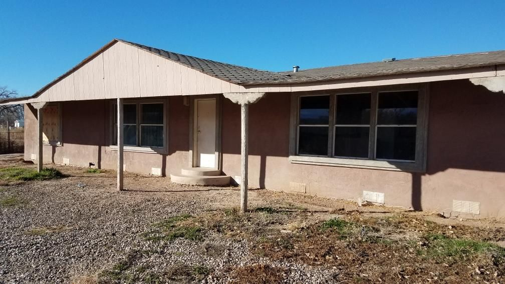 Great fixer upper! Large lot! Great potential. Home features huge patio, spacious rooms.  Needs work but priced accordingly! Come take a look!