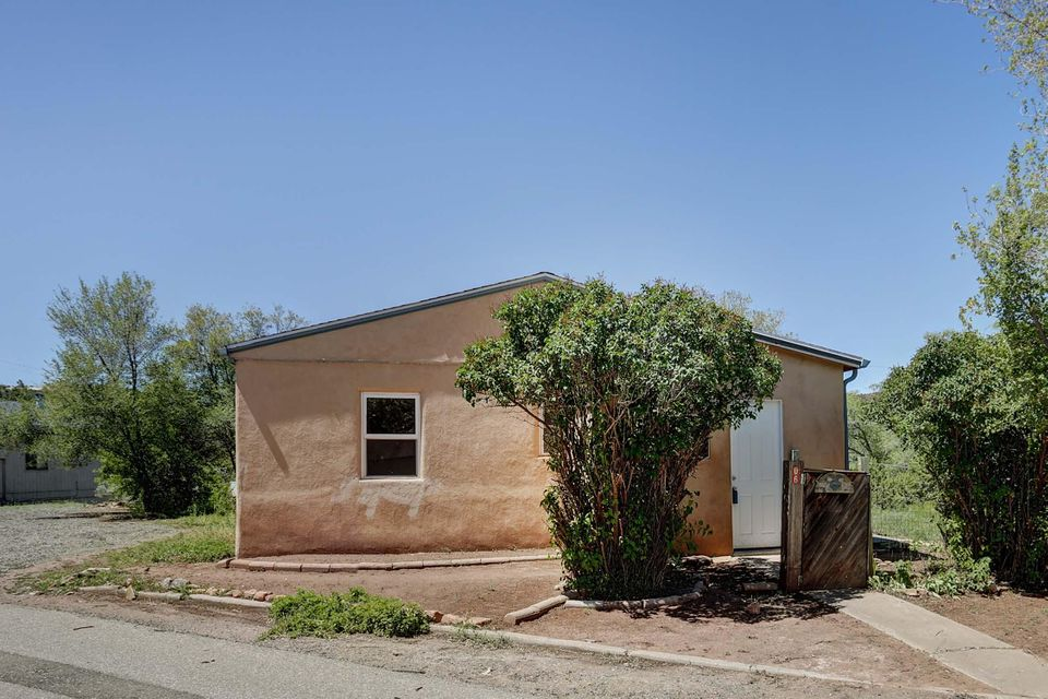 Cute Little cottage minutes from I40.  New kitchen, New bath, New carpet, New refrigerator, New Paint.
