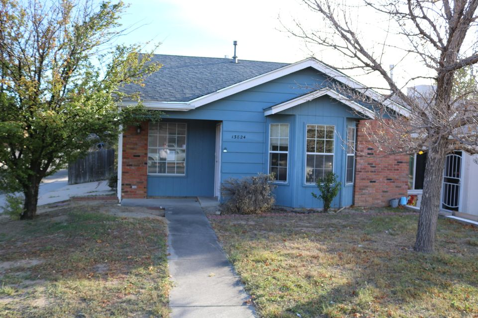 s: Welcome to this cute townhome. This property is east of tramway with a great location to the foothills. This property has a nice floor plan with 3 nice sized rooms. There is a formal dining area with access to the backyard. There main living area has great sunlight.
