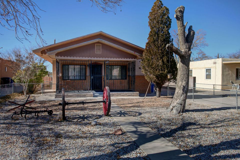 Come take a look at this 3 bedroom 2 bath house with large kitchen and Den. With new carpet and backyard access. Come make this your Dream Home Today!!!