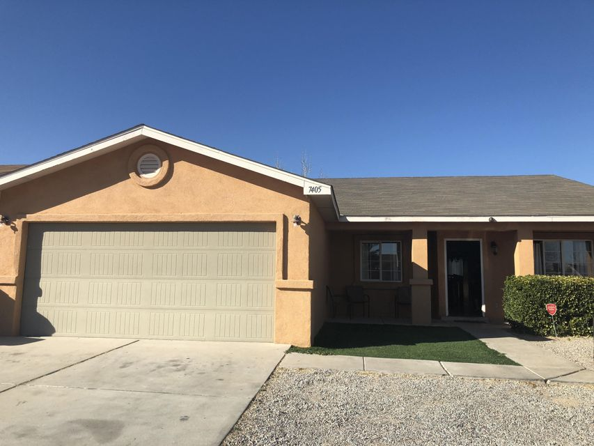 Move-in ready! Single Story, 3/br, 2/bath, 2 car garage,  Spacious Open floorplan with Cathedral Ceilings, Custom Texture. This home has Refrigerated Air Conditioning.The living room and open kitchen are great for entertaining, be sure and see it today.