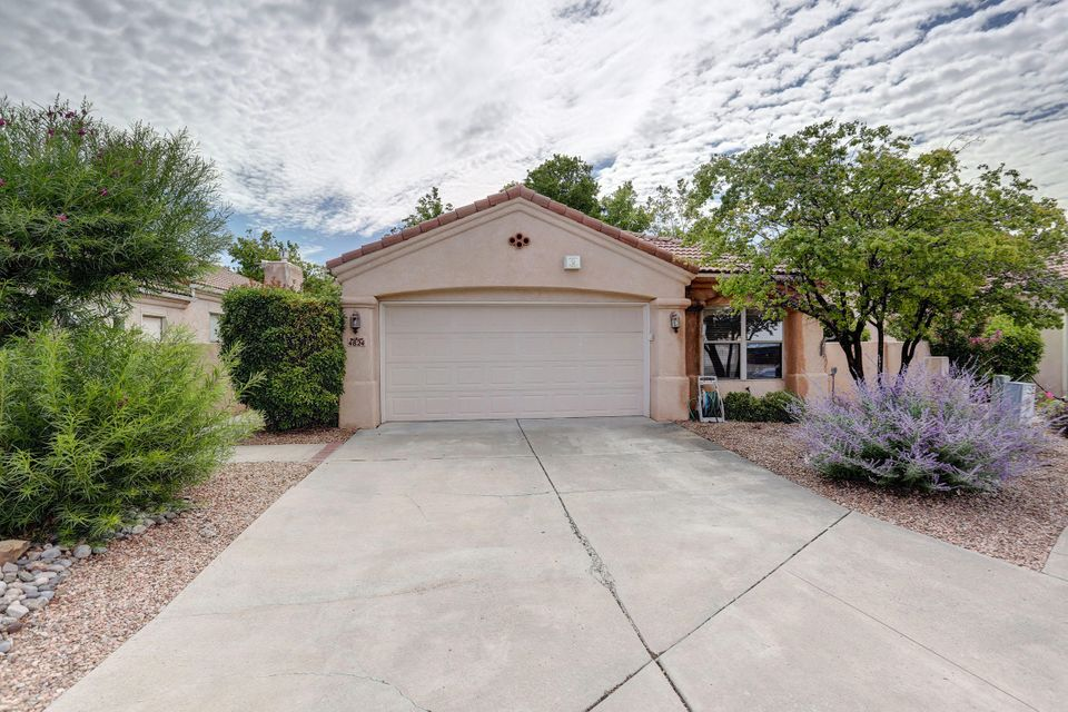 This adorable, private, patio home sits on a quiet cul de sac lot.  Mechenbier built, in super condition with vaulted ceiling & light & bright.  Superb split floor plan with huge master suite, large master bath to include double sinks, garden tub, separate shower and nice sized walk in closet.  Great kitchen, bar and cozy breakfast nook too.  Great room with gas log fireplace and plant shelves.  Easy care maintenance for the landscaping in both front and back.  Nice little mountain view and enough space to enjoy your garden. Brand new carpet in all bedrooms and new tile in master bath.  This home has been impeccably cared for by original owner.