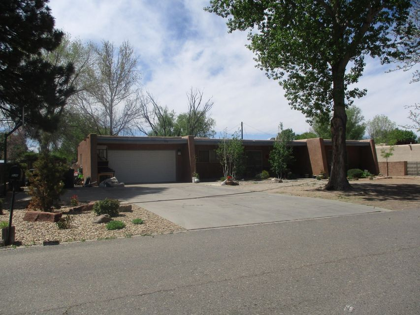 What a fantastic find! 4 Bedroom house located in the heart of North Valley !This home features an good floor plan, formal dining, a large breakfast bar, tile and laminate private back yard with back yard access .50 acre lot!  This home needs TLC, but will shine with your personal touches, Come take a look!