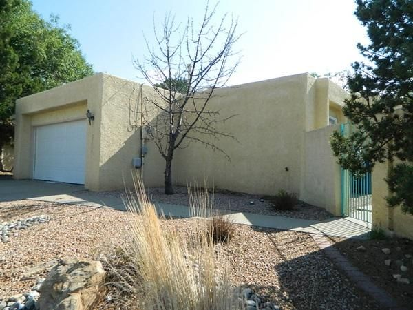Spacious modern home on smaller lot in good original condition. Courtyard entry (lockable), Security iron, open plan with 2 living areas. Master has large compartmentalized bath an walk-in closet.