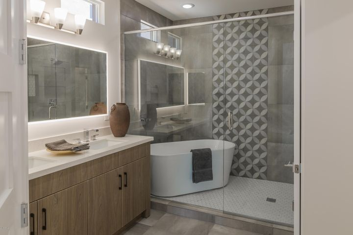 Downstairs ensuite Bath