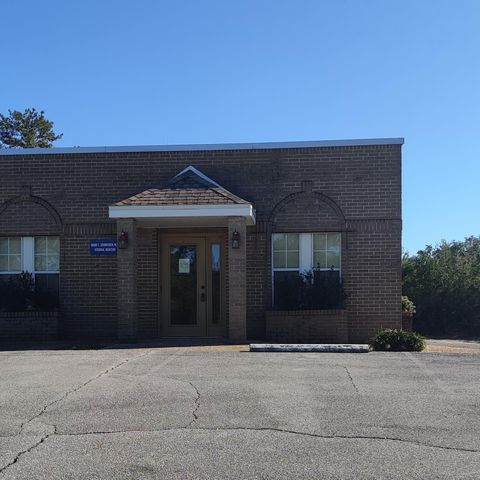 Fantastic medical office (1548 sqft) that is located in Niceville, FL. The space consists of a large waiting room, reception area, six offices, and two bathrooms. The building has a good visibility and plenty of parking. Located right next to Twin Cities Hospital.