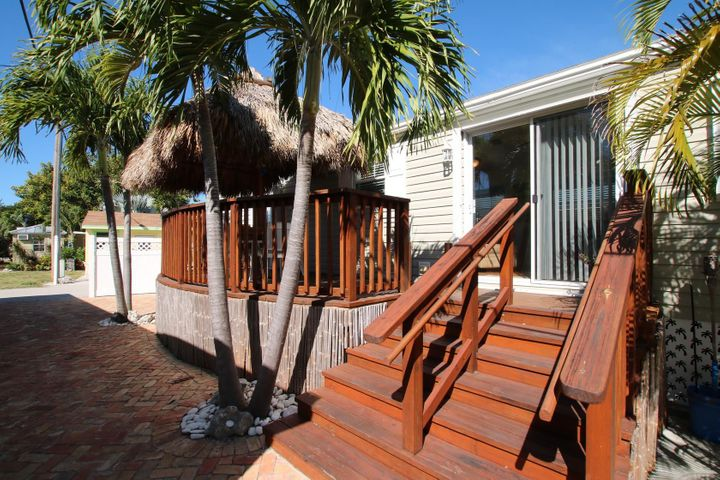 Big porch with tiki hut !