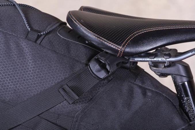 Topeak Backloader Seat Bag - saddel rail straps.jpg