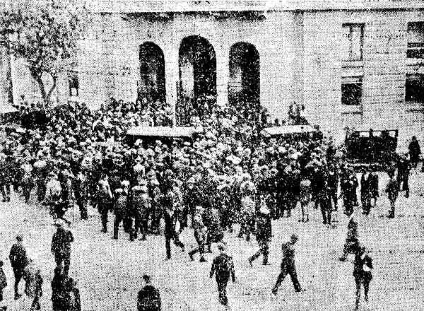 Τα Προπύλαια του Δημαρχιακού Μεγάρου, λίγο μετά την επίθεση