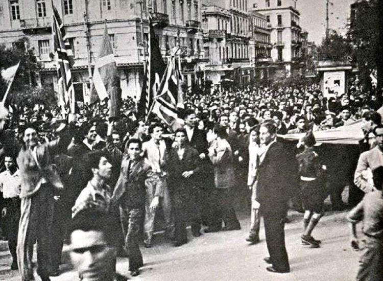 Πλήθος κόσμου πανηγυρίζει στην Πλατεία Συντάγματος
