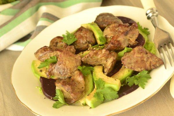 Праздничный салат из авокадо, куриной печени и свеклы ...
