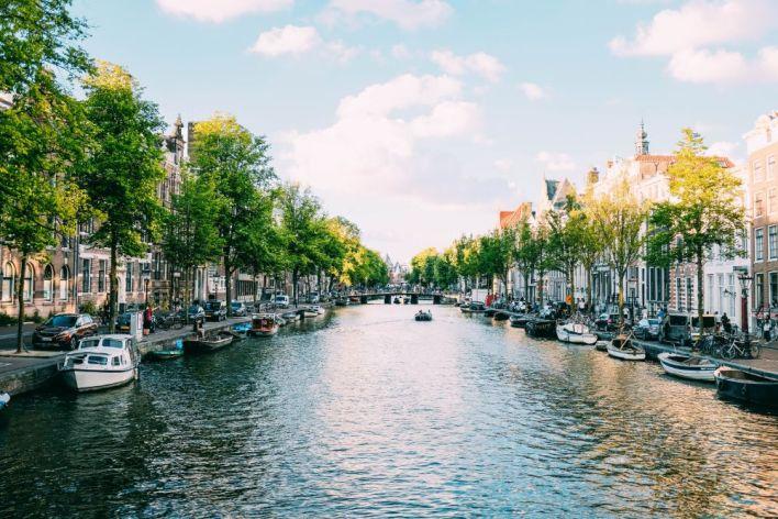 السياحه في هولندا والاستمتاع برؤية زهور التُوليب - شنطة سفر : شنطة سفر