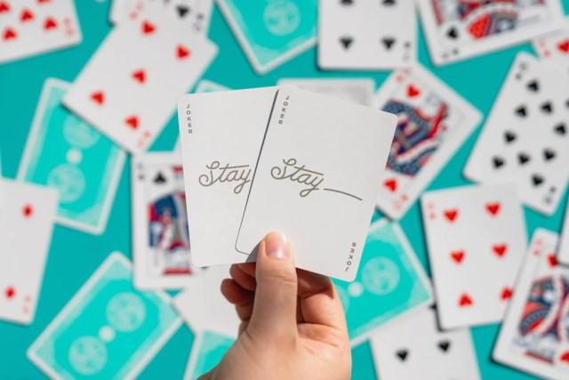 Stay Playing Cards - Carte da Cardistry - Lassonellamanica.com, un Sito, Tutta la Magia! Vendita Mazzi di Carte e Giochi di Prestigio.