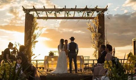 Cerimônia de casamento no pôr do sol. Imagem Pinterest via Aceito Sim