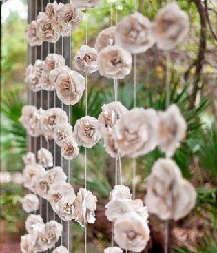 Cortina de flores de papel em casameno. Imagem Pinterest via Casando sem Grana