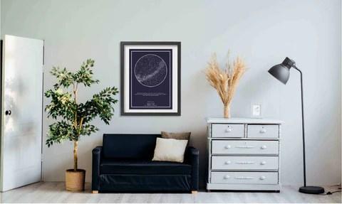 imagem de sala com quadro do Mapa do Meu Céu acima do sofá