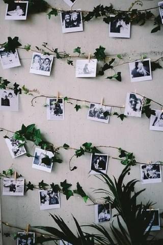 Varal de fotos em parede de casamento. Imagem Pinterest via Como Fazer em Casa