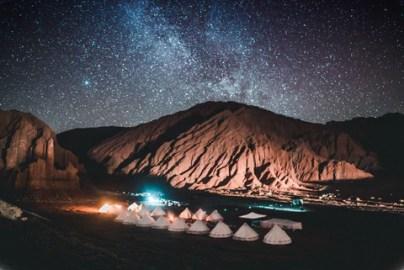 imagem de camping no meio do deserto do atacama, sob milhares de estrelas