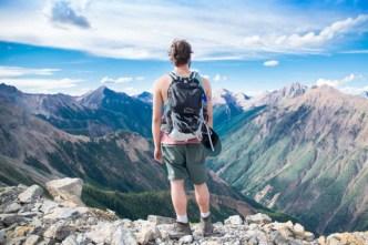 imagem de homem de pé no alto da montanha