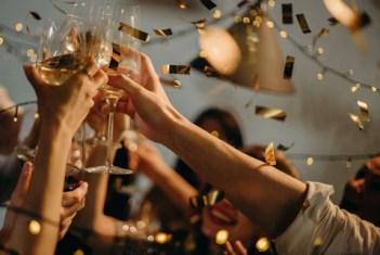 imagem de pessoas celebrando brindando com champagne em festa de reveillon