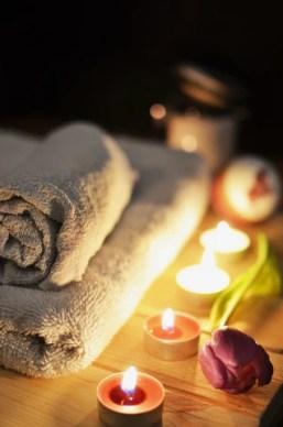 velas com toalhas em um spa