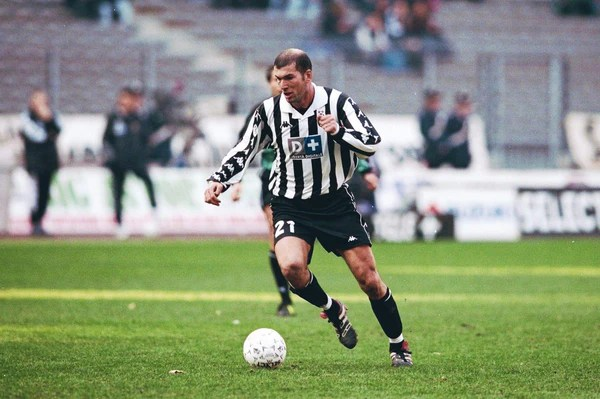 Comme aimé jacquet en son temps, sir alex ferguson a fait un choix entre zinedine zidane et eric cantona. La Juve Et L Heritage Du 21 Vintage Football Area