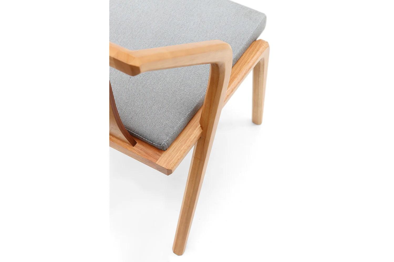 chaise design en bois et coussin gris